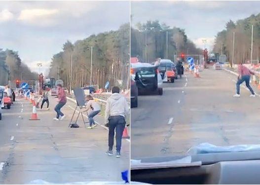Ambulanca kishte urgjencë/ Të rinjtë në Angli dalin nga makinat, hapin rrugën për 15 sekonda