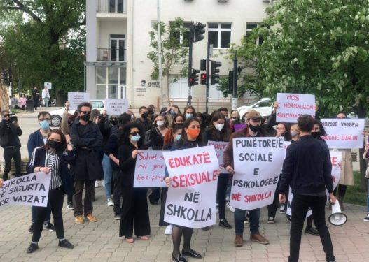 Protestohet kundër ngacmimit seksual që iu bë të miturës në Prishtinë