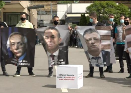 PDK realizon aksion para Ministrisë së Jashtme me fotot e të akuzuarve në Hagë