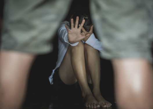 E rëndë në Greqi! 17-vjeçarja denoncon babain shqiptar: Më ka përdhunuar për 5 vite!