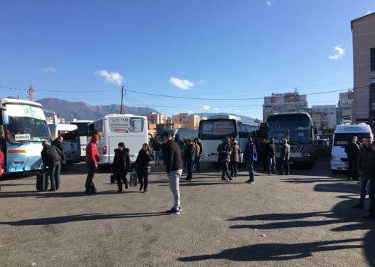Protestë në Korçë/ Shoferët e autobusëve protestojnë për çmimin e qëndrimit në terminal