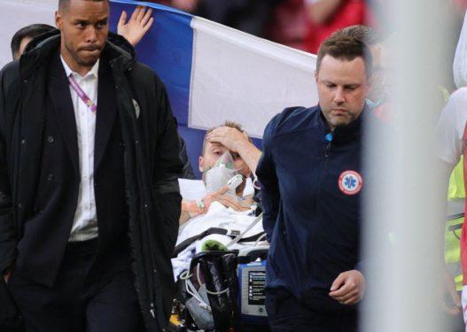Humbi ndjenjat në mes të ndeshjes, Eriksen largohet me barrelë nga fusha