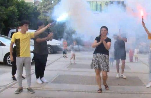 U nda nga burri, gruaja thërret daullexhiun dhe ndez lagjen me këngë popullore dhe fishekzjarre