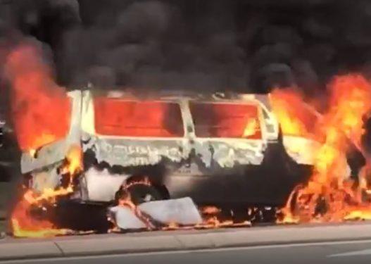 E rëndë në Memaliaj! Digjet furgoni i mbushur me goma, shoferi dërgohet me urgjencë në spital