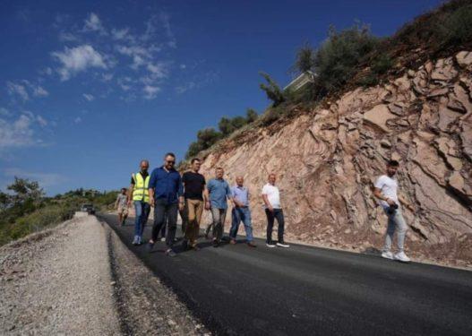Asfaltimi i rrugës Elbasan-Labinot Mal/ Qytetarët kryqëzojnë Ballën: Është e ngushtë, u bllokua me 4 burra, po me 2 makina?