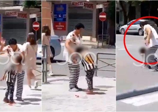 E tmerrshme në Elbasan! Gruaja dhunon në mes të rrugës djalin e mitur, e tërheq zvarrë