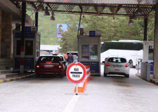 Normalizohet situata në Kapshticë/ Pala greke shton sportelet, 1495 shqiptarë kalojnë në Greqi