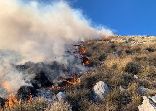 Përkeqësohet situata në Karaburun, flakët i afrohen parkut të Llogarasë
