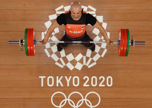 Tokyo 2020/ Erkand Qerimaj mbyll garën në baterinë B, del i pari me 338 kg në dygarësh