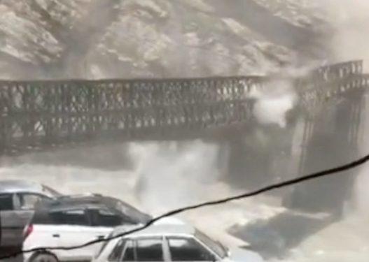 Momenti i frikshëm! Gurët gjigantë bien nga mali dhe ndajnë më dysh urën, vdesin 9 turistë