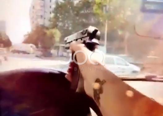Ndodh në Tiranë/ E reja nxjerr pistoletën teksa ndodhet në timon, ia drejton makinave dhe kalimtarëve