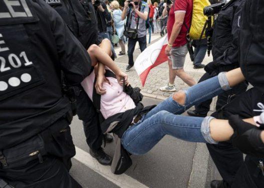 Kaos në rrugët e Berlinit/ Mijëra qytetarë përleshen me policinë gjatë protestës ndaj masave anti-Covid
