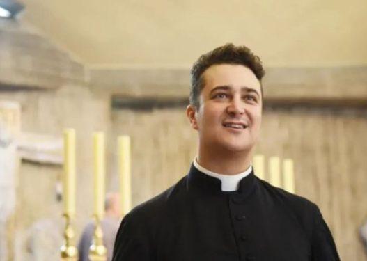 Skandal në Romë! Prifti vjedh fondet e kishës për të organizuar orgji dhe festë me drogë e alkool