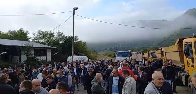Çmenden serbët/ Zbarkojnë në Jarinje pasi nuk lejohen të hyjnë në Kosovë me targa KS