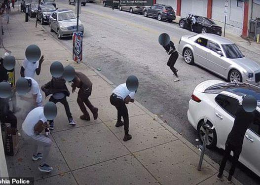 Pamje të rënda në SHBA: Burri nxjerr automatikun në dritaren e makinës dhe qëllon me breshëri njerëzit
