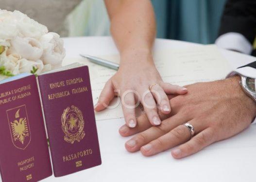 I ndalohej hyrja: Shqiptari martohet me italianen dhe ndryshon mbiemrin, por e pëson sa shkon në Itali