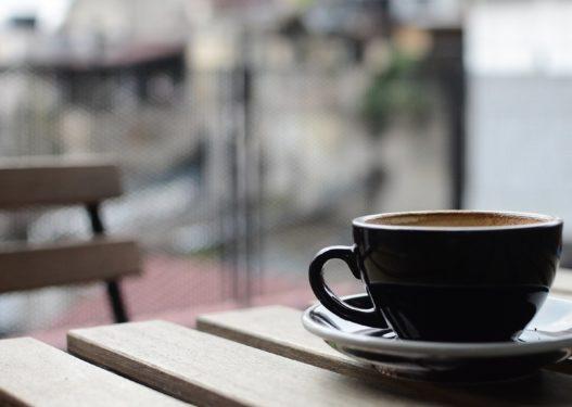 Mjeku paralajmëron rrezikun: Mos të jetë kafeja gjëja e parë që konsumoni në mëngjes!