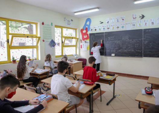Rikthimi i nxënësve në shkolla/ Çfarë do të ndodhë kur fëmijët kanë simptoma Covid?