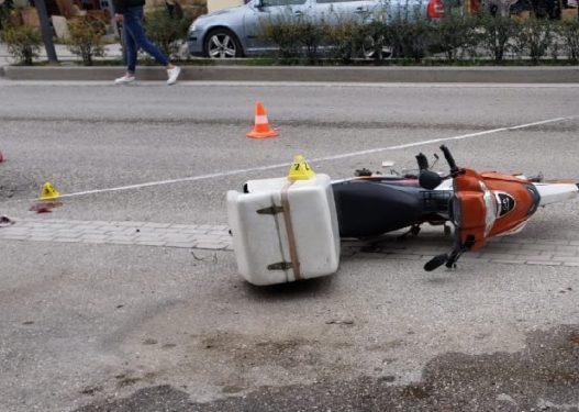 E rëndë në Berat! Motori i picave përplaset me automjetin, motoçiklisti në gjendje kritike