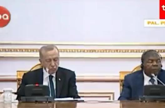 Erdogan s'duron dot! E zë gjumi gjatë konferencës për shtyp