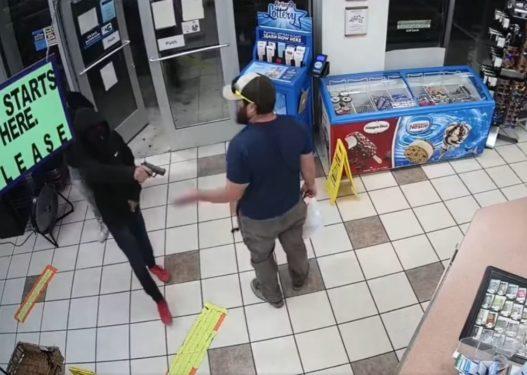 Grabitësi i maskuar i drejton pistoletën në kokë, ish-marinsi e çarmatos me një lëvizje