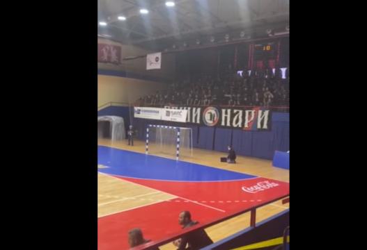 """Tifozët serbë me thirrje nacionaliste dhe raciste """"vritini shqiptarët"""" (Video)"""