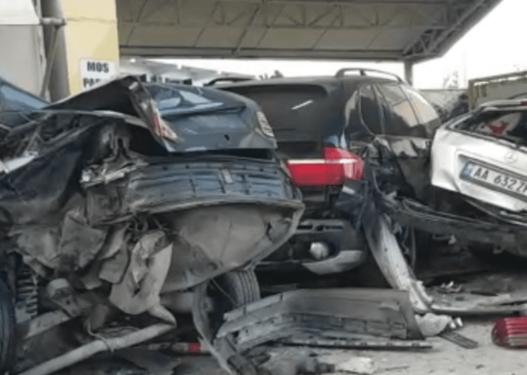 Shkatërroi 5 makina që i dolën para, shoferi 37-vjeçar ishte tapë në timon