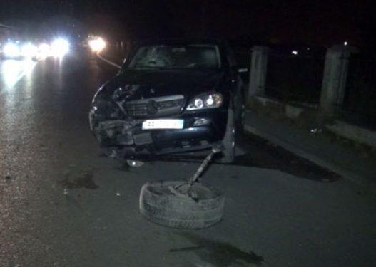 Po kalonte rrugën/ Makina përplas 21-vjeçarin në aksin Tapizë-Thumanë, rëndë në spital