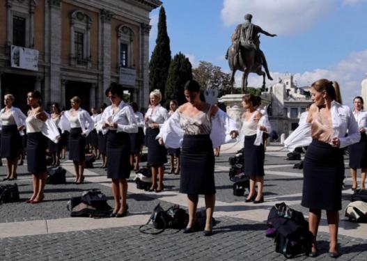 """""""Ne jemi Alitalia""""/ Stjuardesat zhvishen në shenjë proteste për falimentimin e linjës së famshme ajrore"""